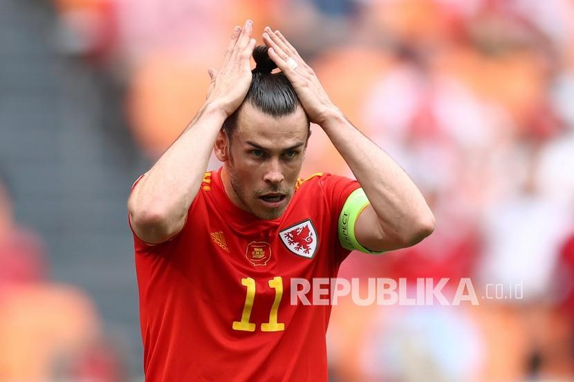Gareth Bale dari Wales menata rambutnya saat pertandingan babak 16 besar Piala Eropa 2020 antara Wales dan Denmark di Johan Cruyff ArenA di Amsterdam, Belanda, Sabtu (26/6).