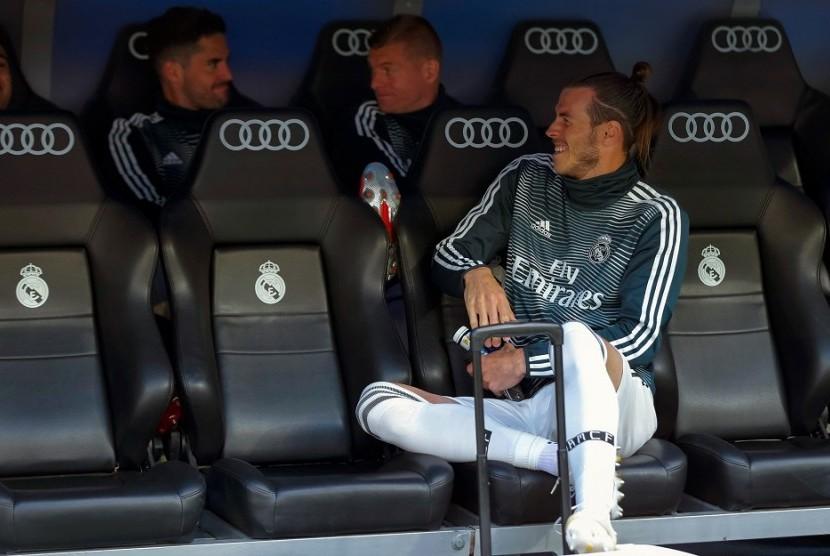 Gareth Bale (kanan) duduk di bangku cadangan Real Madrid.