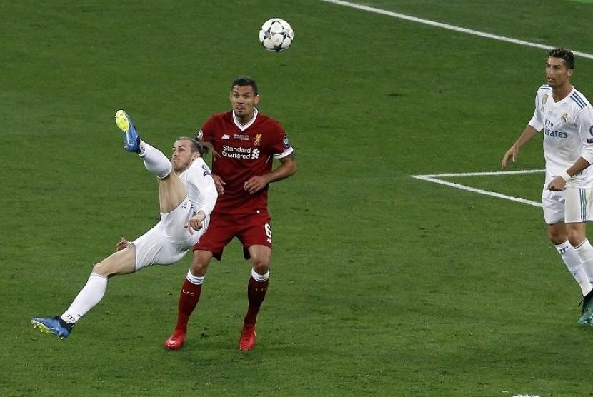 Gareth Bale (kiri) saat melepaskan tendangan salto yang merobek gawang Liverpool di final Liga Champions, Ahad (27/5) WIB dini hari