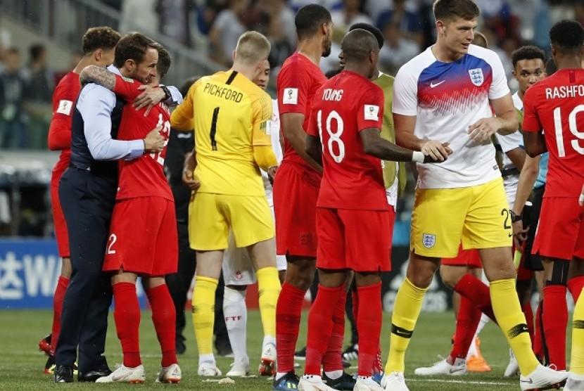 Gareth Southgate (kiri) merayakan keberhasilan Inggris memetik kemenangan 2-1 atas Tunisa, bersama para pemainnya.