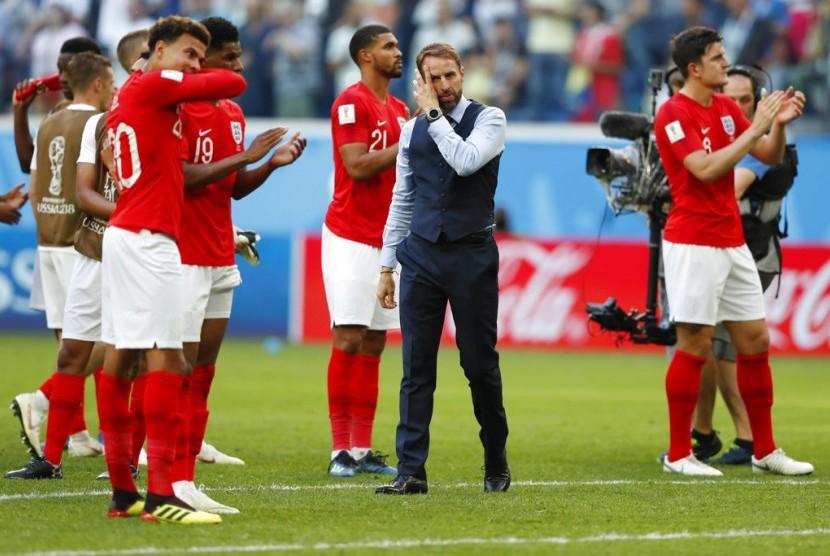 Gareth Southgate (tengah) bersama timnas Inggris.