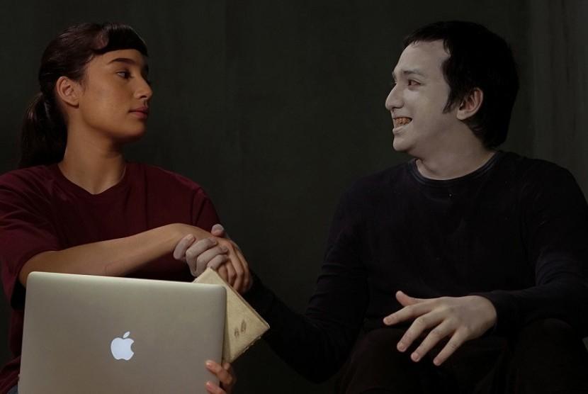 Ge Pamungkas dan Tatjana Saphira dalam film Ghost Writer.