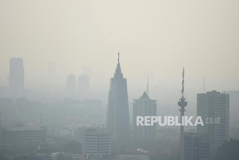 Gedung bertingkat tersamar kabut polusi udara di Jakarta