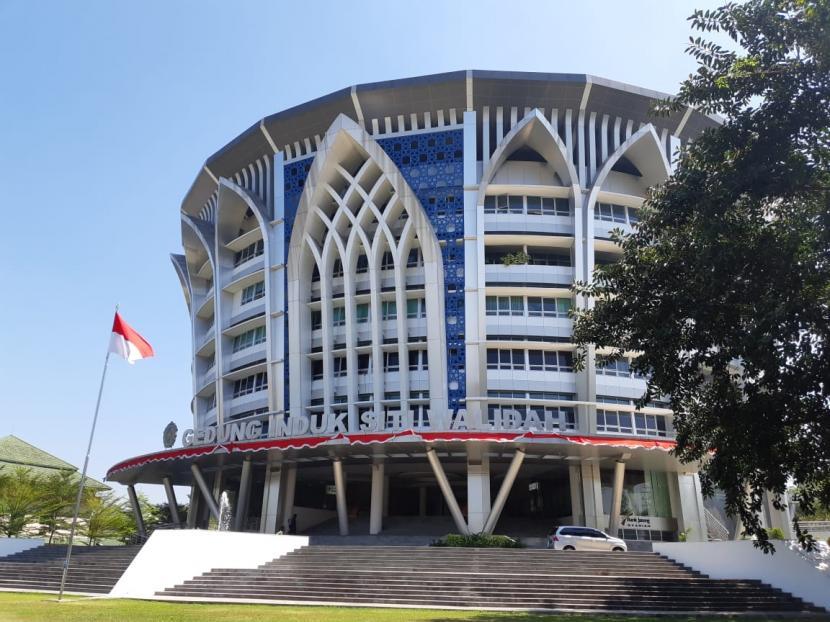 Gedung Induk Siti Walidah kantor pusat Universitas Muhammadiyah Surakarta (UMS).