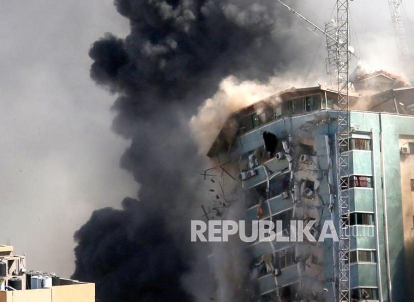 Gedung kantor The Associated Press dan media lain di Kota Gaza runtuh setelah dihantam serangan udara Israel pada Sabtu (15/5).