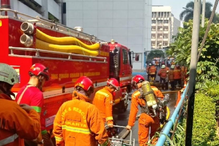 Gedung Kementerian Perhubungan (Kemenhub) terbakar Ahad (8/7), sekitar pukul 04.00 WIB dini hari. Petugas masih melakukan proses penyisiran di dalam gedung untuk memastikan ada atau tidaknya korban yang masih terperangkap.