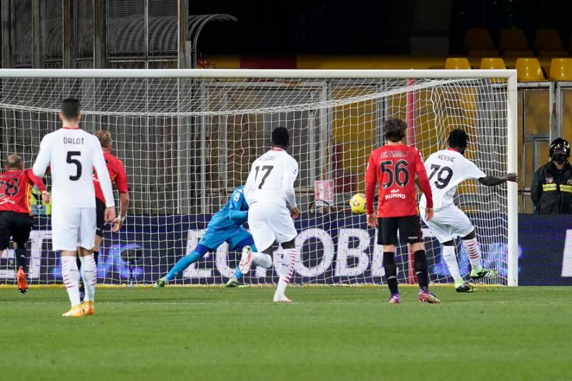Gelandang AC Milan Franck Kessie (kanan) saat membobol gawang lawan lewat titik putih.