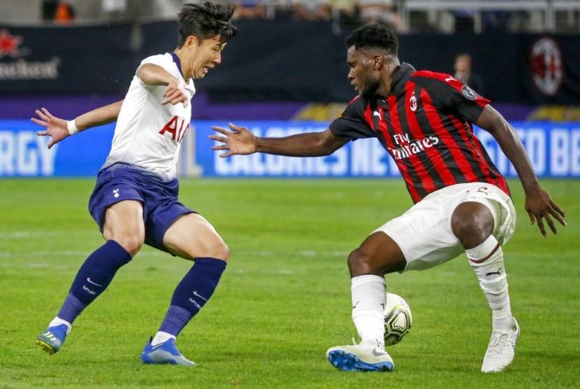 Gelandang AC Milan Franck Kessie (kanan) menjaga penyerang Tottenham Hotspur Son Heung-min.