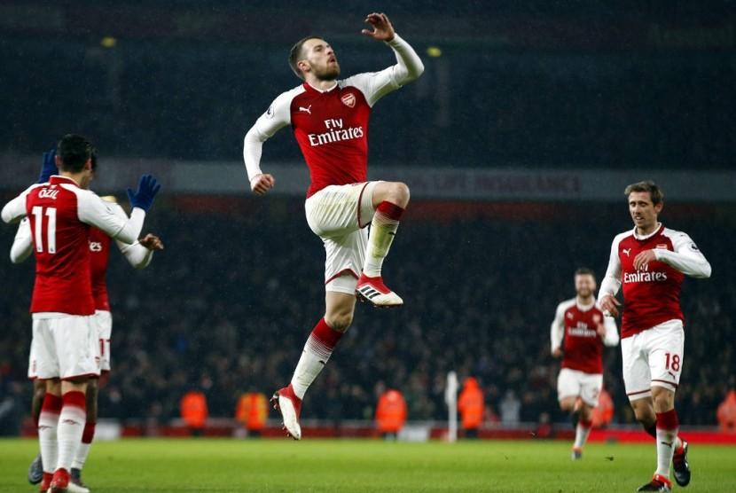 Gelandang Arsenal Aaron Ramsey (tengah) merayakan golnya ke gawang Everton.