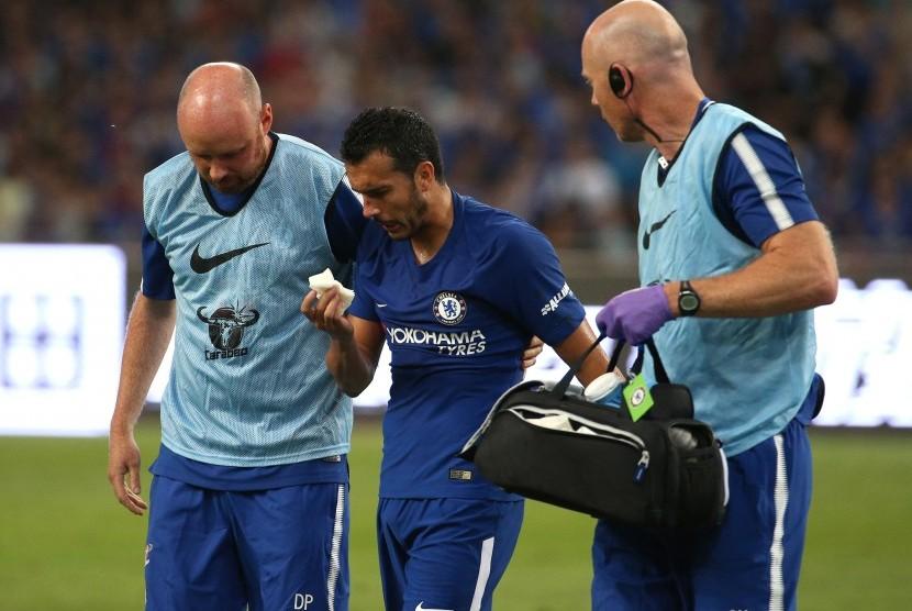 Gelandang Chelsea, Pedro (tengah) mengalami cedera pada laga pramusim lawan Arsenal, di Stadion Nasional, Beijing, Cina, Sabtu (22/7).