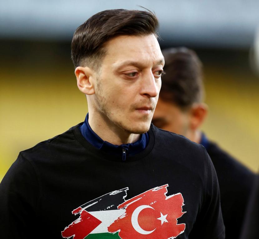 Gelandang Fenerbahce Mesut Oezil menunjukkan dukungan kepada Palestina.