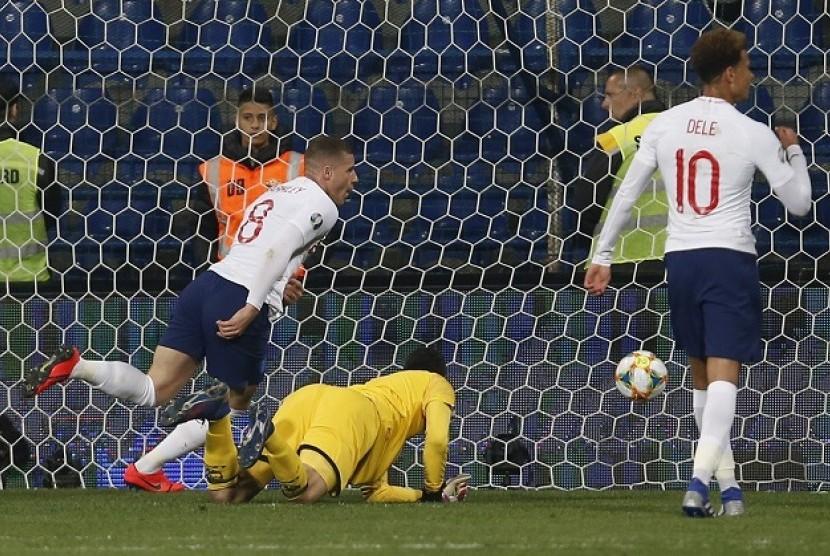 Gelandang Inggris Ross Barkley (kiri) mencetak gol ke gawang Montenegro.