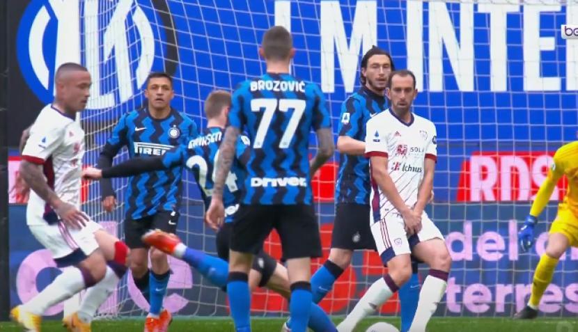 Gelandang Inter Milan Eriksen melepaskan tendangan ke gawang Cagliari, dalam laga Liga Italia, Ahad (11/4).