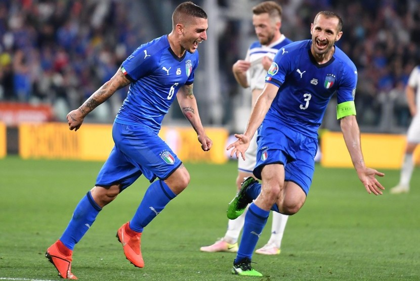 Gelandang Italia Marco Verratti (kiri) merayakan gol kemenangan timnya yang dicetaknya saat menghadapi Bosnia pada kualifikasi Piala Eropa 2020.