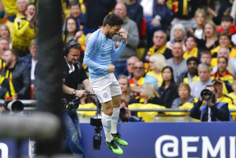 Gelandang Manchester City, David Silva merayakan gol ke gawang Watford pada laga final Piala FA, di Stadion Wembley, Sabtu (19/5).