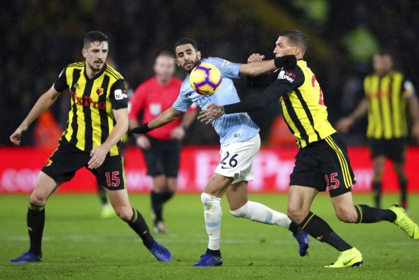 Gelandang Manchester City Riyad Mahrez (tengah) berebut bola dengan pemain Watford.