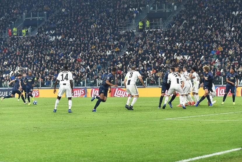 Gelandang Manchester United Juan Mata (kiri) mencetak gol tendangan bebas ke gawang Juventus.
