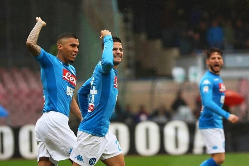 Gelandang Napoli Allan (kiri) merayakan golnya ke gawang SPAL bersama Lorenzo Insigne.