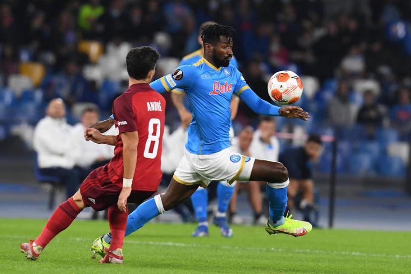 Gelandang Napoli, Andre Zambo Anguissa dikawal ketat pemain Legia Warszawa.