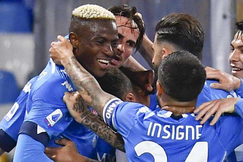 Gelandang Napoli Fabian Ruiz (dua dari kiri) merayakan bersama rekan satu timnya setelah mencetak gol pada pertandingan sepak bola Serie A Italia SSC Napoli vs Udinese Calcio di Stadion Diego Armando Maradona, Naples, Italia, Selasa (11/5) waktu setempat atau Rabu (12/5) dini hari WIB.