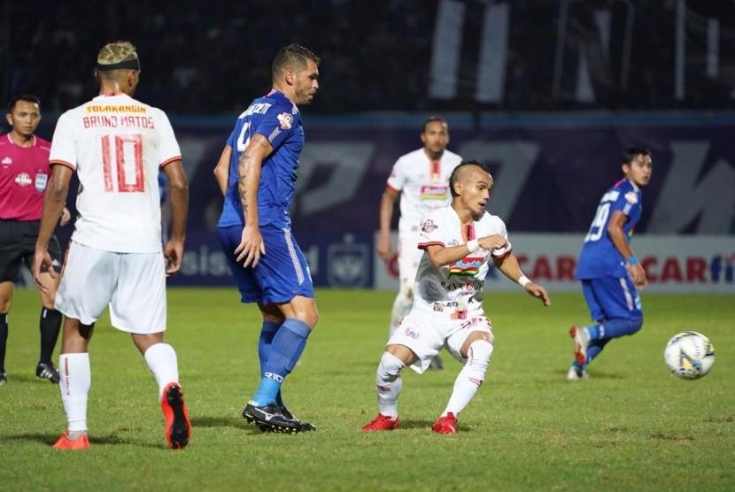 Gelandang Persija Riko Simanjuntak (kanan) berusaha menguasai bola saat menghadapi PSIS.