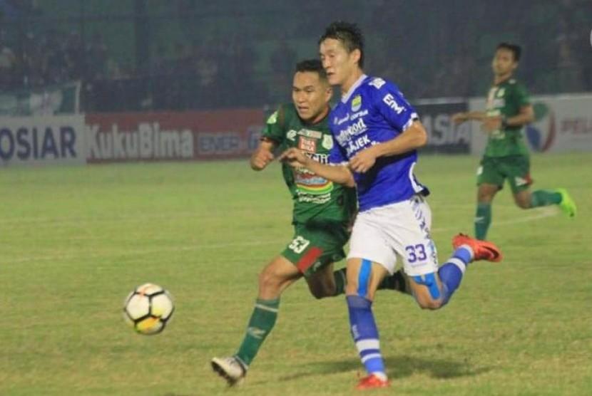 Gelandang PSMS Erwin Ramdani (kiri) berebut bola dengan gelandang Persib Oh In-kyun.