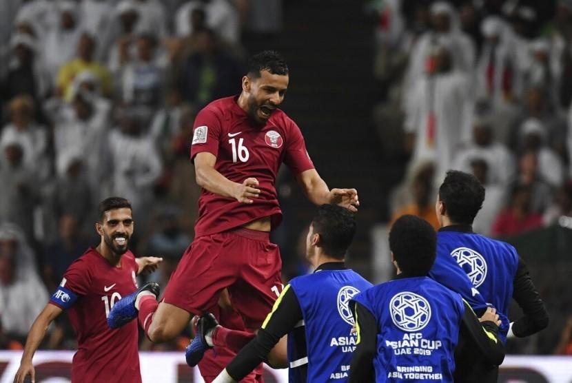 Gelandang Qatar Boualem Khoukhi (atas) merayakan gol pembuka timnya ke gawang Uni Emirat Arab (UEA) pada semifinal Piala Asia 2019, Selasa (29/1).
