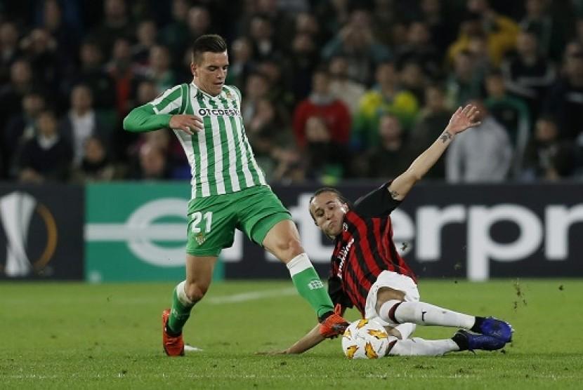 Gelandang Real Betis Giovani Lo Celso (kiri) beraksi saat menghadapi AC Milan di Liga Europa.