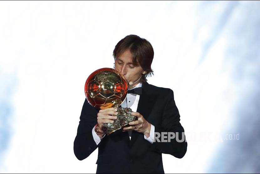 Gelandang Real Madrid Luka Modric  mencium Ballon d'Or pada acara seremoni penyerahan Golden Ball di Grand Palais, Paris, Perancis, Selasa (4/12) dini hari,