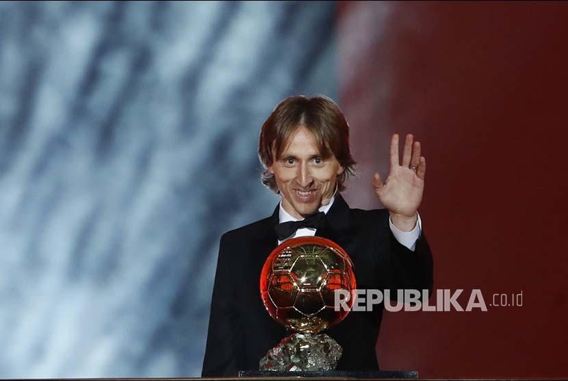 Gelandang Real Madrid Luka Modric menerima Ballon d'Or pada acara seremoni penyerahan Golden Ball di Grand Palais, Paris, Perancis, Selasa (4/12) dini hari,