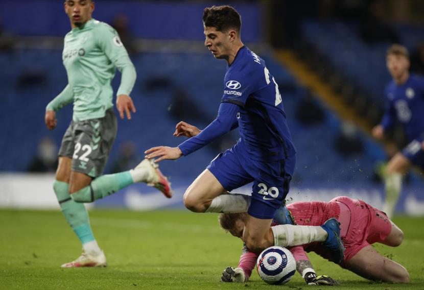 Gelandang serang Chelsea Kai Havertz diganjal kiper Everton Jordan Pickford di kotak penalti.