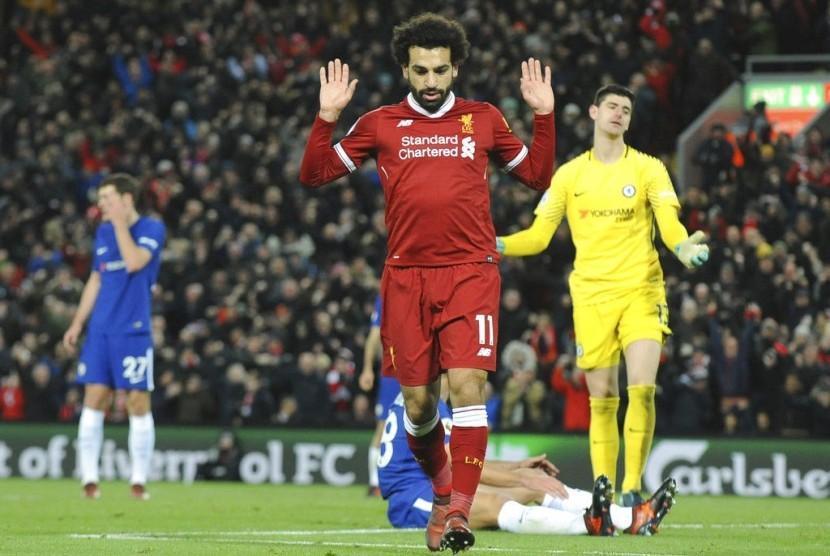 Gelandang serang Liverpool, Mohamed Salah merayakan gol ke gawang Chelsea pada laga Liga Primer Inggris, di Anfield, Ahad (26/11) dini hari WIB.