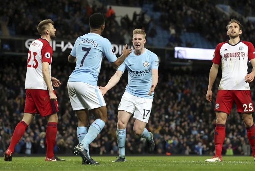 Gelandang serang Manchester City Kevin De Bruyne (kedua kanan) merayakan golnya ke gawang West Bromwich Albion.