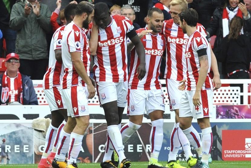 Gelandang Stoke City, Jese (ketiga dari kanan) merayakan gol bersama rekannya pada laga Liga Primer melawan Arsenal di Stadion Bet365, Sabtu (19/8). Stoke menang 1-0.
