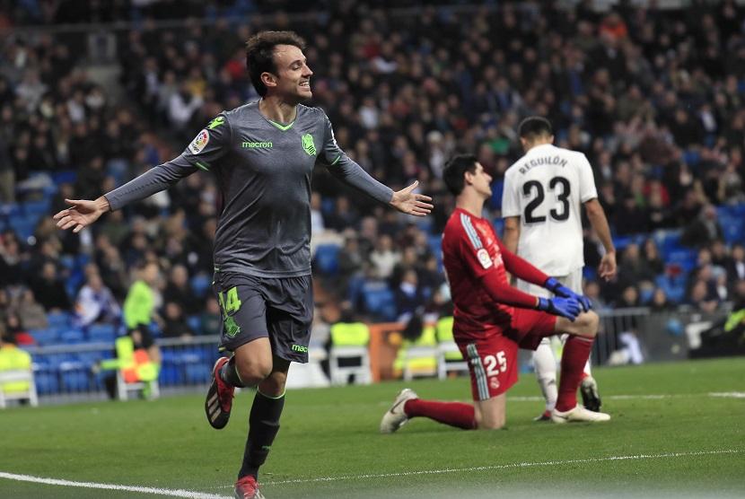 Gelandang tengah Real Sociedad Ruben Pardo merayakan gol usai menjebloskan bola ke gawang Real Madrid di Stadion Santiago Bernabeu, Ahad (6/1)