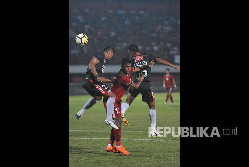 Gelandang Timnas U-23 Rafli (tengah) berebut bola dengan pesepak bola Bali United Agus Nova (kiri) dan Dallen Doke (kanan) dalam laga uji coba jelang Asian Games 2018 di Stadion I Wayan Dipta, Gianyar, Bali, Selasa (31/7).
