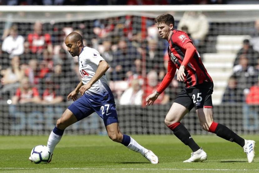 Gelandang Tottenham Hotspur Lucas Moura menggiring bola saat menghadapi Bournemouth.