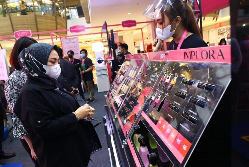 Gelaran Bandung Beauty Station 2021 dibuka oleh Direktur Komersial dan UMKM bank bjb Nancy Adistyasari.