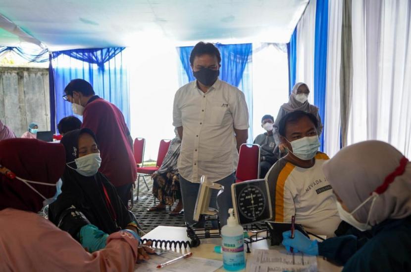 Gelaran vaksinasi gratis untuk warga Karawang, Jawa Barat.