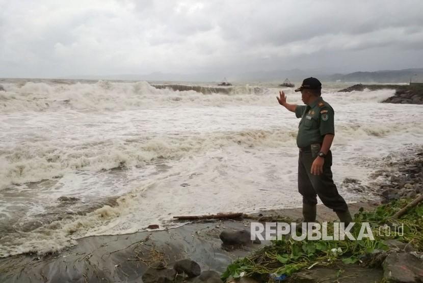 Gelombang pasang air laut menerjang pantai selatan Kabupaten Sukabumi di kawasan Palabuhanratu sejak Kamis (30/11) hingga Jumat (1/12).