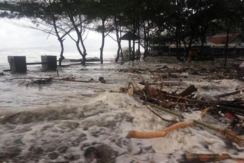 Gelombang pasang air laut menerjang pantai selatan Kabupaten Sukabumi terutama di Palabuhanratu sejak Kamis (30/11) hingga Jumat (1/12).