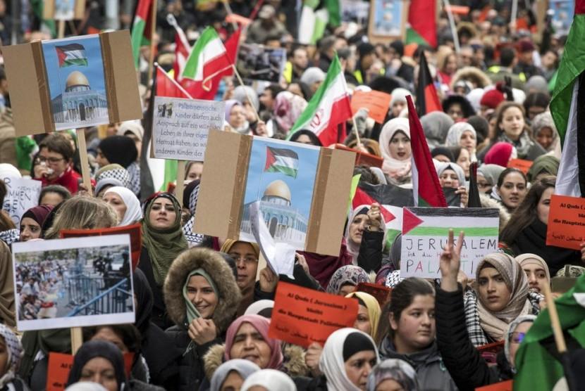Gelombang penolakan langkah AS yang mengakui Yerusalem sebagai ibu kota Israel meluas ke berbagai negara. Sabtu (16/12), sejumlah warga mengajukan protes atas pengakuan AS tersebut di Frankfurt, Jerman.