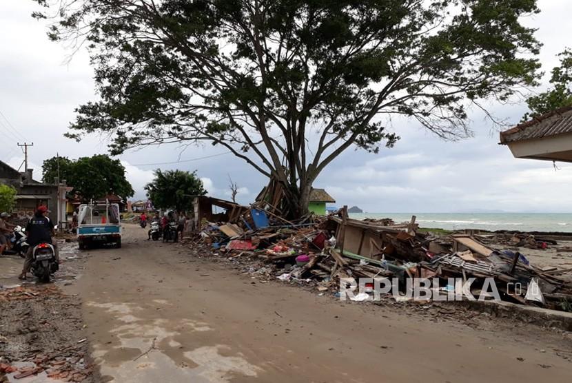 Gelombang tsunami meluluhlantakan sejumlah rumah khusunya di bibir pantai pesisir selatan, Kalianda, Kabupaten Lampung Selatan, Lampung, Sabtu (22/12) malam. Sebanyak 44 orang meninggal sduah ditemukan, ratusan orang luka luka. Evakuasi masih dilakukan.