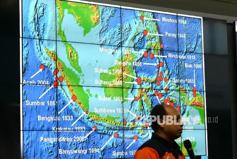 Gempa Tasikmalaya. Kepala Sejarah gelombang tsunami di Indonesia ditampikan saat paparan terkait penanganan bencana gempa Tasikmalaya di Graha BNPB, Jakarta, Sabtu (16/12).