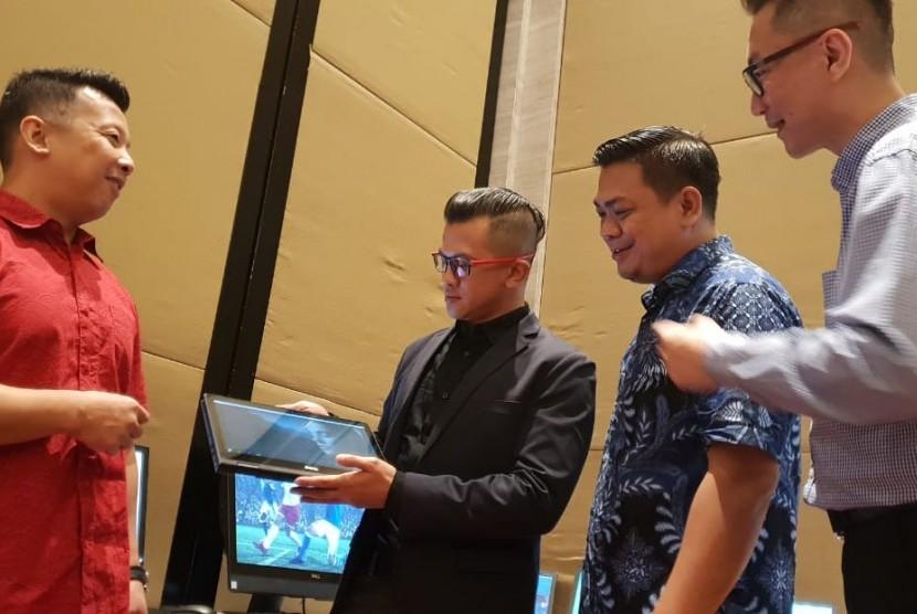 General Manager PT Adakom International Technology Christian Artawinata (kedua kiri), didampingi Dell Client Solution Primawan Badri (ketiga dari kiri), Microsoft Senior Channel Executive Willy Hendrajudo (paling kiri), dan Consumer Country Direktor Dell Tjipto Suparto (paling kanan) saat acara Adakom Gathering di Jakarta, Selasa (17/7).