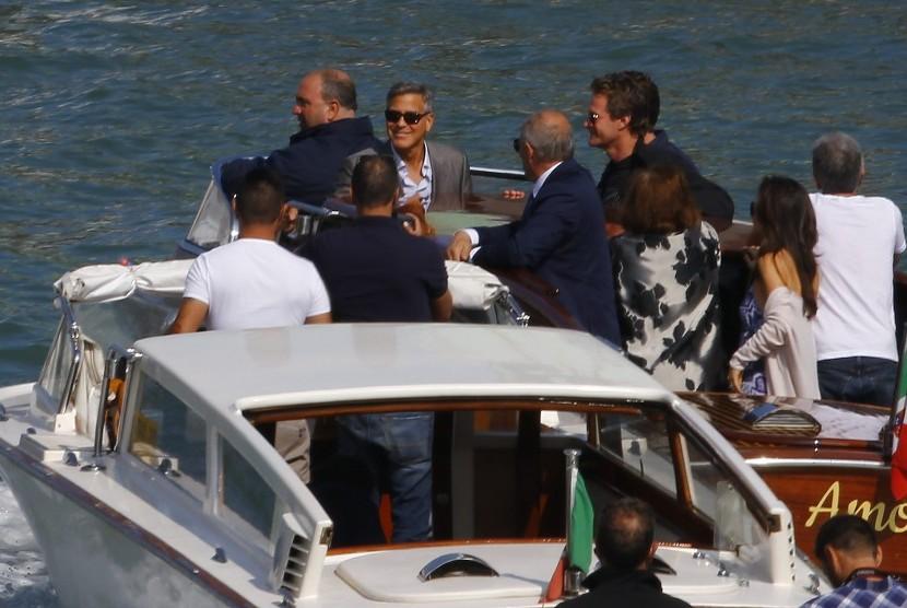 George Clooney saat baru tiba di Venesia dengan kapal cepat bertuliskan Amore. Demi mempertahankan ekosistem, kapal pesiar dilarang di laguna Venesia.
