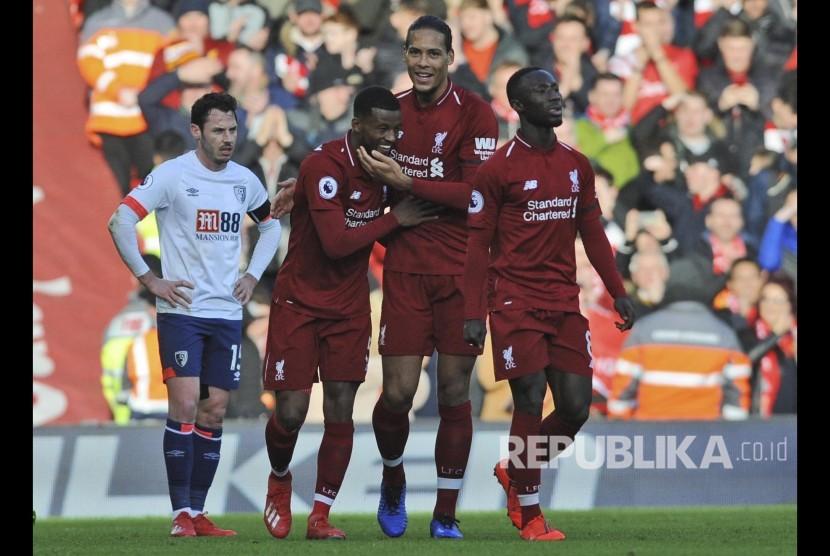 Georginio Wijnaldum (tengah) merayakan golnya bersama Virgil van Dijk pada pertandingan Liga Inggris antara Liverpool melawan Bournemouth di Anfield Stadium, Liverpool, Sabtu (10/2).