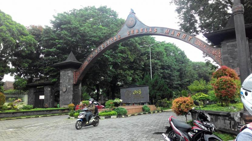 Gerbang kampus Universitas Sebelas Maret (UNS).