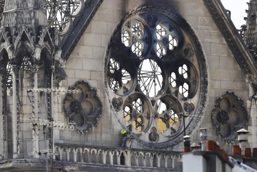 Gereja Notre-Dame di Paris, Prancis, terbakar pada Senin malam (15/4).