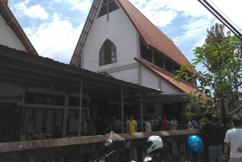 Gereja Santa Lidwina di Padukuhan Bedog, Desa Trihanggo, Kecamatan Gamping, Kabupaten Sleman, DIY. Gereja ini mengalami penyerangan usai menggelar misa pada Ahad (11/).